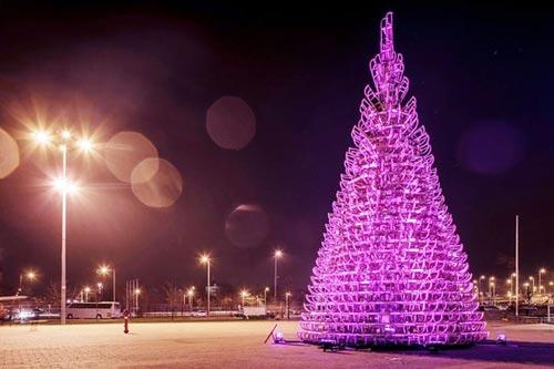 Коледна елха, направена от шейни