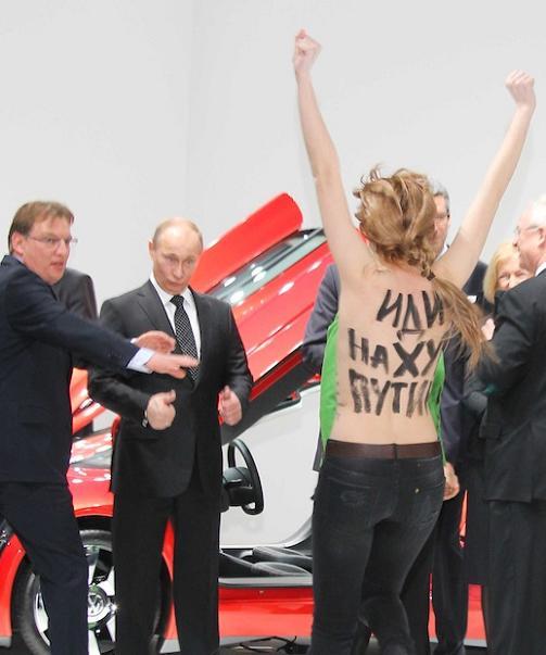 Путин и голата протестираща