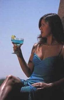 Жена с коктейл