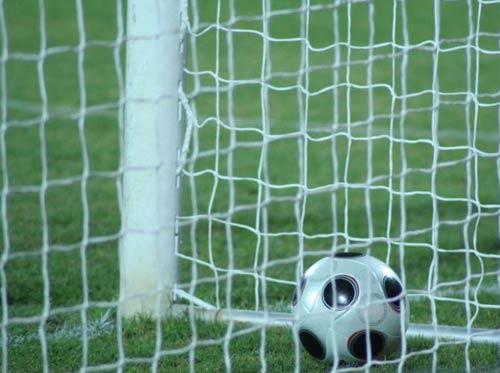 Футболна топка във вратата