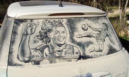 Изкуство върху мръсни автомобили