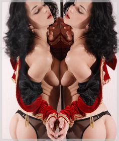 Жена пред огледалото