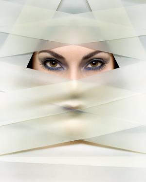 Очите й казват повече от устните.