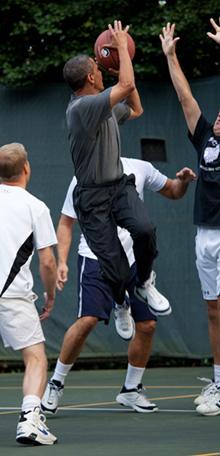 Барак Обама играе баскетбол