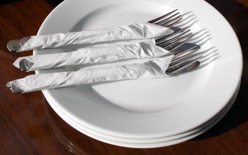 Вилици и чинии