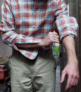 Как да навиеш ръкавите на ризата си - стъпка 2