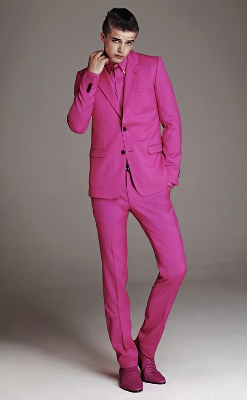 Розов костюм за мъже?
