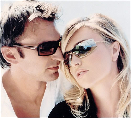 Двойка със слънчеви очила