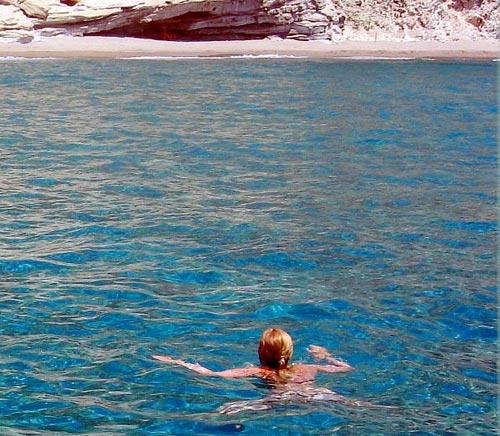Плуваща жена
